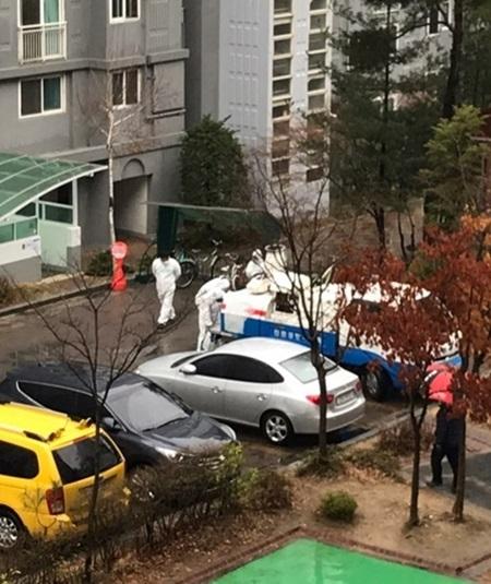 [포토뉴스] 천안 코로나19 확진자 거주 아파트 방역소독 중...약국은 임시휴무