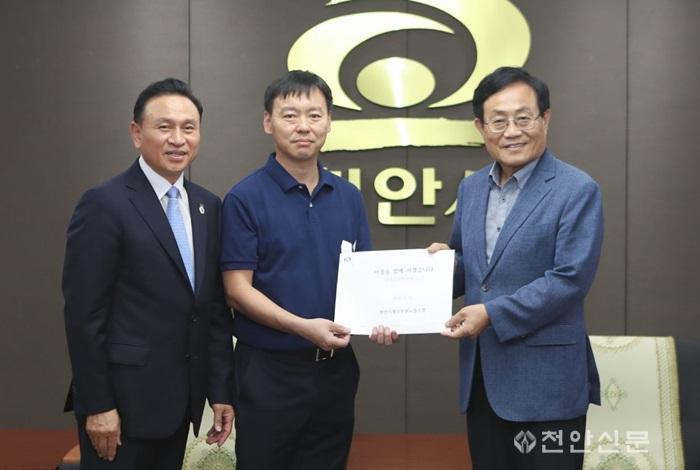 천안시청공무원노조- 봉화군 총기사건 유족에 성금 전달.jpg