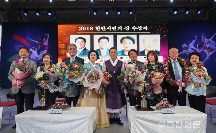 시민의상 수상자 기념촬영 모습.jpg