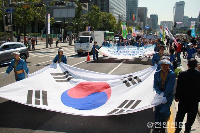 사진3_국학원은 개천절 기념 시민 1천여 명이 참석한 가운데 광화문 거리퍼레이드 행사를 펼쳤다.jpg