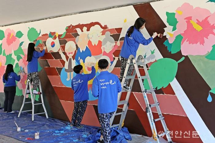 1. 단국대 재학생들이 독립기념관 벽화 그리기 봉사 활동을 펼치고 있다..png