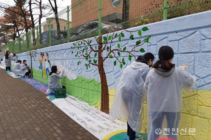벽화봉사에 참여하는 나사렛대 학생들_01.jpg