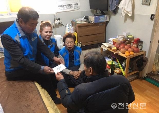 청룡동(행복키움지원단 독거노인 유류상품권 전달)1.JPG