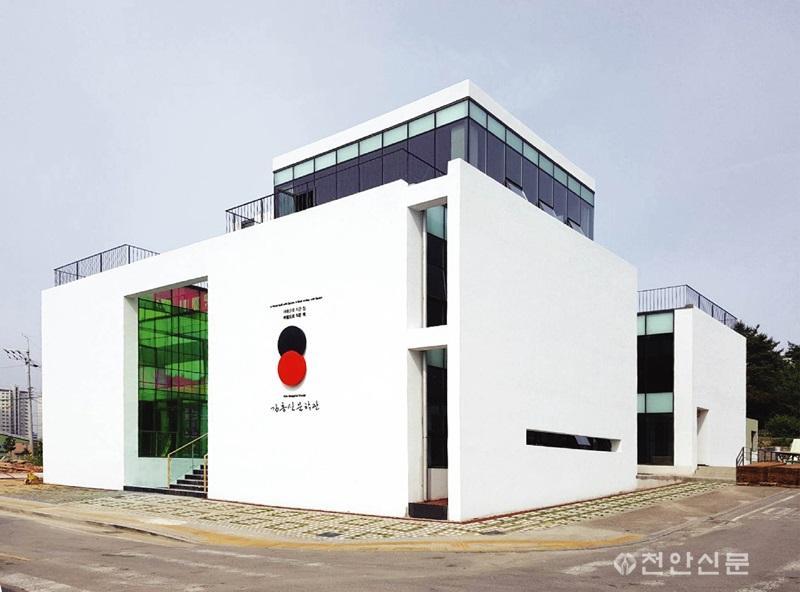 3) 김홍신문학관 외부 전경 사진.jpg
