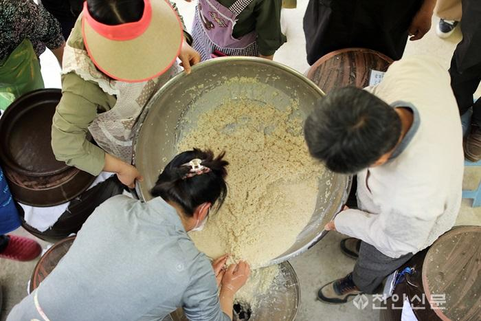 6_천안지회_제1회 천안의 사라지는 전통문화와 정겨운 우리 동네 사진전.jpg