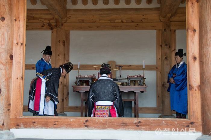 5_천안지회_제1회 천안의 사라지는 전통문화와 정겨운 우리 동네 사진전.jpg