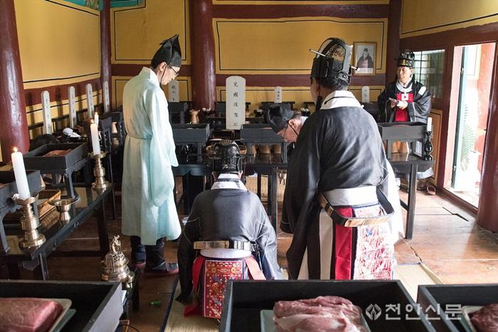 3_천안지회_제1회 천안의 사라지는 전통문화와 정겨운 우리 동네 사진전.jpg