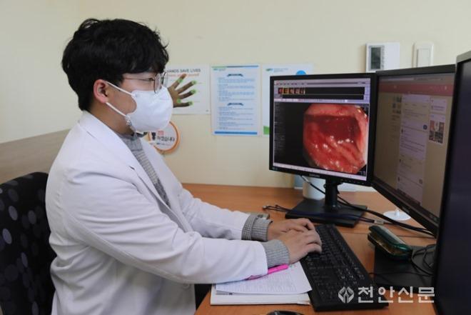 온라인 모임방에 올라온 환자들의 문의에 순천향대천안병원 대장암센터 의료진이 댓글을 달고 있다f.JPG